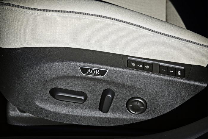 Kuljettajan AGR-istuimessa on perussäätöjen lisäksi sivutuen säätö, etureunan pituussäätö, tuuletus, hieronta ja kaksi muistipaikkaa.