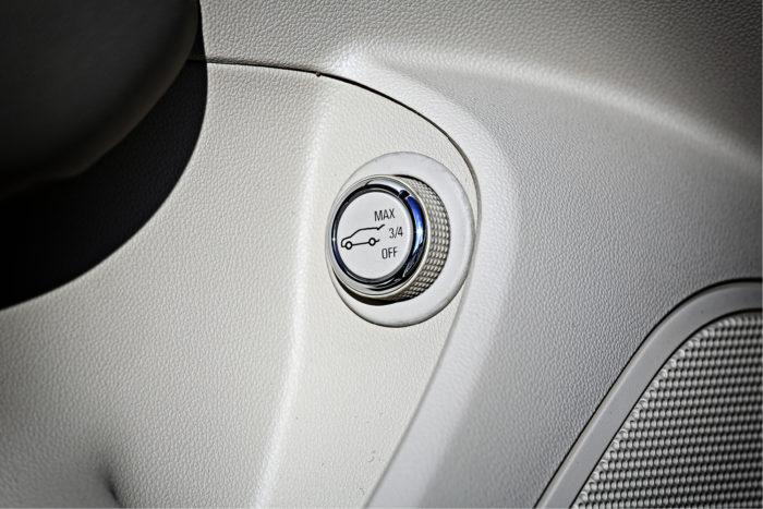 Sähköinen takaluukku avataan kätevästi ovesta. Sen saa jo Astrasta tuttuun tapaan avautumaan myös vajaasti kääntämällä nupin ¾-asentoon ennen painamista. Lisäksi luukku aukeaa ja myös sulkeutuu kaukosäätimestä.