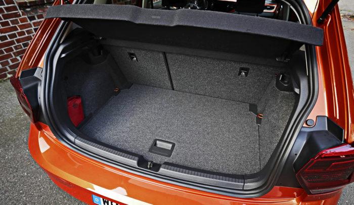 Tavaratilaa on enemmän kuin monessa isommassa autossa. Niinpä parempiin varustetasoihin kuuluvalle välipohjallekin on käyttöä, kun sitä ei aina tarvitse pitää alimmassa asennossaan.