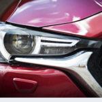 """Kaksitoimisen ledilinssin ympärillä on Mazdalle ominaisen muotoiset ledit, jotka toimivat etuvaloina eli """"parkkeina"""". Varsinainen huomiovalo on niitä kirkkaampi pieni piste linssin vieressä. Kaksihaarainen pesusuihku kohdistuu linssille ja pienen vilkun suuntaan. Helman pikkuiset sumuvalot eivät valaise tietä lainkaan."""