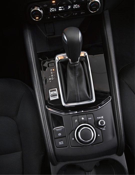 Keskikonsolissa on MZD Connect -multimedian käyttöpyörä ja katkaisimet, jotka ovat hyvin käsillä. Niiden käyttö onnistuu helposti ajossa auton heiluessa, toisin kuin monien autojen kosketusnäytön käyttö, joka vaatii keskittymistä ja vie huomion pois auton ajamisesta.