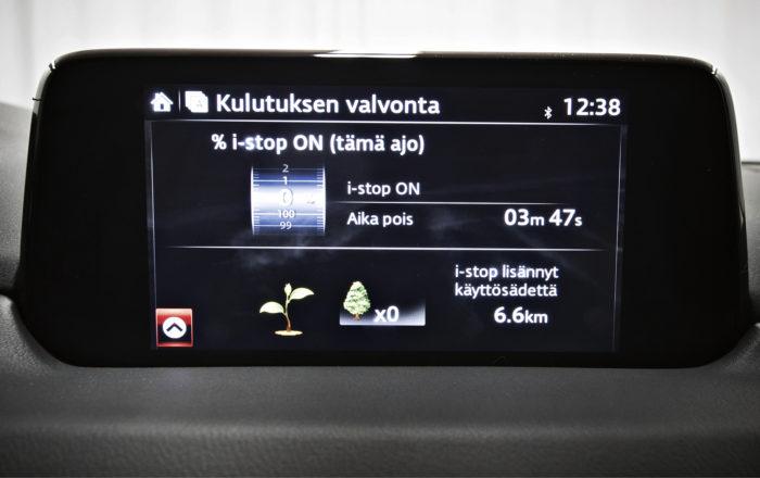 Multimediajärjestelmä on suomenkielinen. Toiminnoista löytyy vihreyttä, kuten kuvassa olevat sammutusautomatiikan tiedot kertovat.