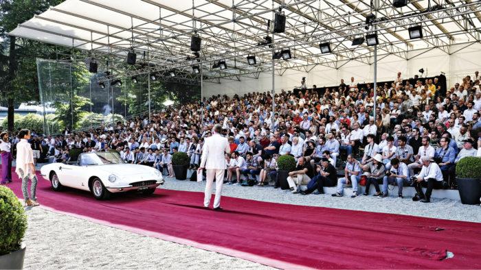 Sunnuntain yleisöerikoiskoe, tosin tällä kertaa punaisella matolla katsomon edessä sivistyneesti rullaten. Esittelyssä Ferrari 365 California vuodelta 1967.