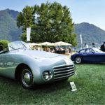 Fiat 1100 Barchetta Frua (1946) on italialaisen korimuotoilija Fruan erikoismalli. Takana siintää Como-järveä kiertävä vuoristo.