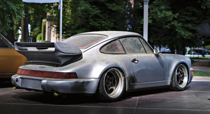 """Porsche 911 RSR 3,8 – edelleen kuuluisissa """"tehtaan rasvoissa"""".  RM Sotheby'sin huutokaupassa auto kävi kaupaksi 2 016 000 eurolla."""