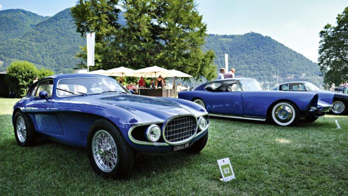 """Siniset enkelit. Etualalla italialainen OSCA MT4 Berlinetta Vignale (1952) ja taustalla uniikki amerikkalainen alumiinirakenteinen Astra Coupé (1952). Molemmat edustivat kategoriaa """"Supergioiello: Little Toys for Big Boys""""."""