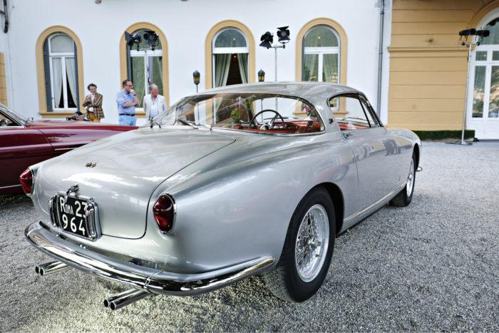 """Näkyvyyden maksimoimiseksi vuoden 1955 Ferrari 250 Europa GT Specialeen asennettiin kaksi lasinpyyhintä, myös taakse! Kategorian """"(Post-War) The Grand Tour Continues: The next 40 Years"""" voittajan kori on Pininfarinan käsialaa."""