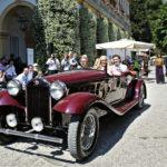 """Tyylikäs Lancia Dilambda (1932) lipuu edustajineen Concorson esittelykierroksella, kategoriassa """"Travelling in Style: Around the World in 40 Years""""."""