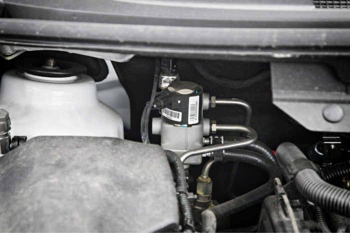 Kaasunsyöttölaitteisto on sovitettu moottoritilaan taakse vasemmalle auton keulasta katsoen.
