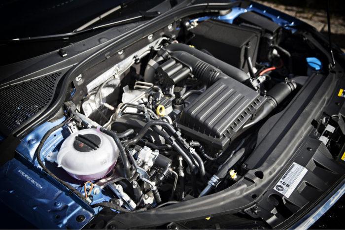Moottoritilassa on enemmän letkuja ja putkia kuin tavallisessa bensiiniautossa. Säiliöstä purkautuessaan jäähtyvä kaasu lämmitetään kuumalla jäähdytysnesteellä ennen moottoriin suihkuttamista.