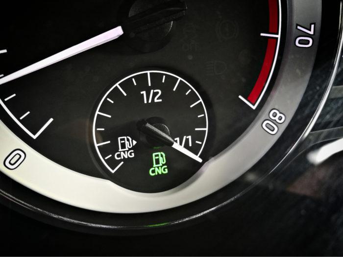 Mittaristossa on erilliset mittarit bensiini- ja kaasutankeille. Vihreä valo kertoo, että kaasua on reilusti jäljellä. Värin muuttuessa pitää suunnitella tankkausta.