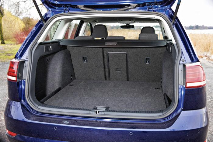 Yli 600-litrainen tavaratila ei ihan pärjää Škoda Octavialle, mutta riittää hienosti perhekäyttöön.