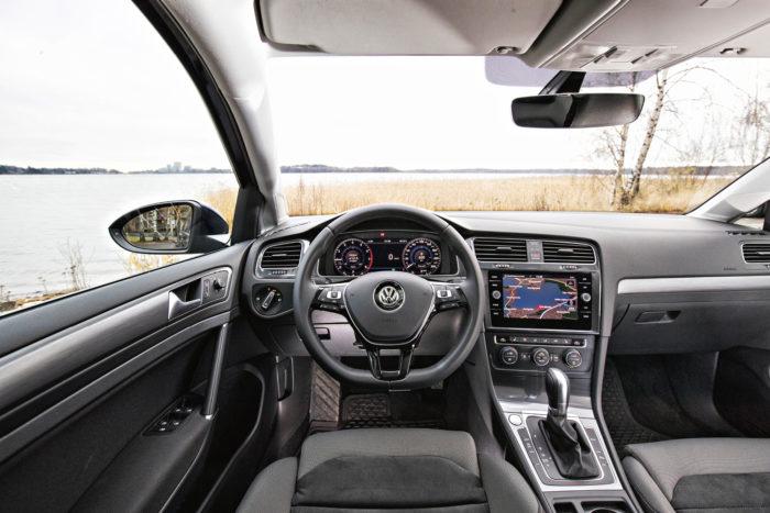 Golfin ohjaamossa on kaikki kohdallaan. Kahdeksantuumainen Discover Media radio ja navigointi on 715 euron hinnallaan siedettävä ja käytettävyydeltään parempi kuin yli tuplahintainen, 9,2-tuumainen Discover Pro -huippuversio. Virtuaalimittaristosta pyydetään 692 euroa.