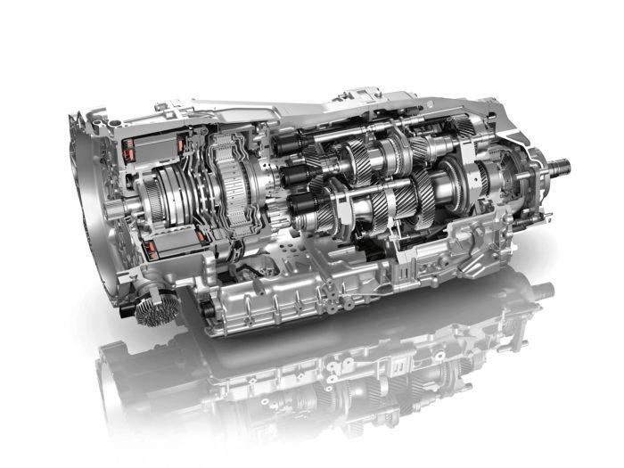 Hybridimallissa kahdeksanvaihteisen vaihteiston kaksoiskytkimen eteen on sijoitettu 100-kilowattinen sähkömoottori.