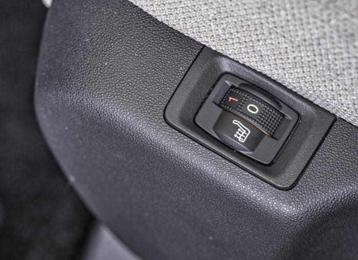 Istuinlämmittimen kytkin on penkin reunalla. Lämmittimelle ei ole merkkivaloa kojetaulussa, joten satunnainen käyttäjä joutuu katsomaan säätimen asentoa penkin ja oven välistä ja etumatkustajan lämmitin voi unohtua päälle pidemmäksikin ajaksi.