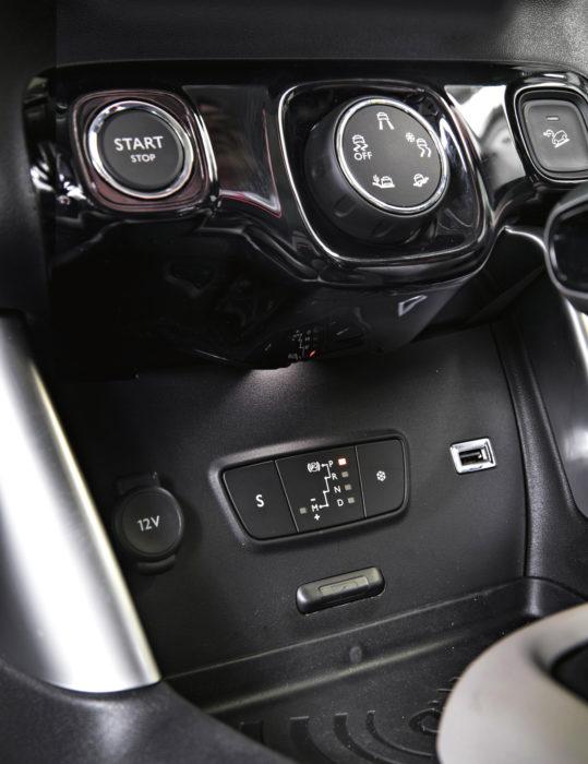 Koeajettuun autoon kuului lisävarusteinen pidonhallintajärjestelmä ja alamäkihidastin, joiden käyttökytkimet ovat käynnistysnapin vieressä. Automaattivaihteiston sport- ja talviajo-ohjelman painikkeet ovat kaukana keskikonsolissa, josta niitä on kurkoteltava.