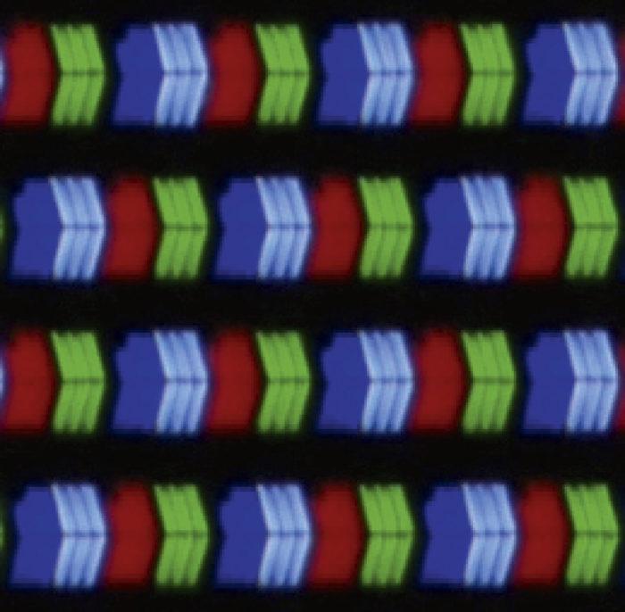 Mikroskooppikuvien perusteella jokaisessa testin televisiossa on erilainen nestekidepaneeli. Yhtä poikkeusta lukuun ottamatta ne kaikki tuottavat kuvan tavanomaisesti punaista, vihreää ja sinistä alipikseliä käyttäen. LG:n paneelista otettujen kuvien yhdistelmästä näkee, että tavallisten päävärien seassa on valkoisia alipikseleitä. Rakenteesta johtuen paneelin vaakasuuntainen tarkkuus on värillisellä kuvalla teoriassa 3/4-osaa 4k:sta eli 2 880 kuvapistettä 3 840:n sijaan. Mustavalkoisella kuvalla rakenne mahdollistaa periaatteessa 4k:ta suuremman 5 760-pikselin tarkkuuden. Pystytarkkuuteen paneelin rakenne ei vaikuta. Poikkeuksellisella pikselirakenteella ei ole käytännön merkitystä elokuvia katsottaessa. Rakenne saattaa kuitenkin vaikuttaa kuvanlaatuun tietokonekäytössä.