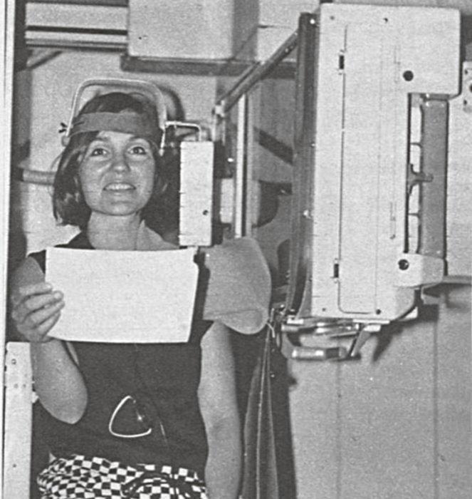 Merkittävä keksintö on tässä sijoitettu koehenkilön olkapäälle. Tarkoitus on kuvata röntgenfilmille hänen äänielintensä liikkeet. Laite voidaan konstruoida seuraamaan minkä elimen toimintaa hyvänsä.