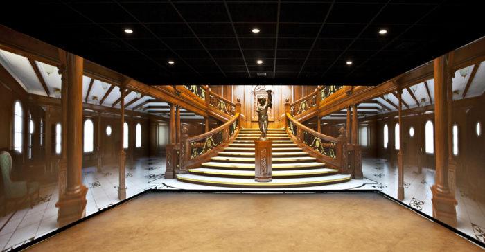Titanic Belfastissa vierailijat pääsevät kolmiulotteisella hissillä tutustumaan RMS Titaniciin konehuoneesta aina komentosillalle. Upea vuoden 1997 Titanic elokuvasta tuttu portaikko tekee vaikutuksen.