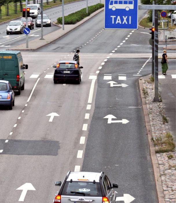 Kun liikennettä on vähän, linja-autokaistalle ryhmittymisen ehtii yleensä tehdä melko myöhäisessä vaiheessa. Lähes seisova ruuhka on jo toinen juttu, puhumattakaan tilanteesta, jossa kaksi risteystä on aivan toistensa tuntumassa ja kääntyminen oikealle pitää tehdä jälkimmäisestä.