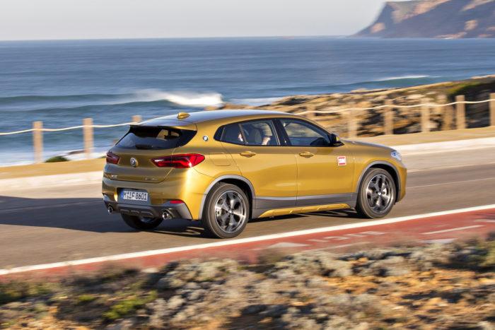 Kori on matalampi, lyhyempi ja vauhdikkaammin muotoiltu kuin X1:ssä, mutta akseliväli on sama. X2 on vain 3 cm pidempi kuin 1-sarjan BMW. M Sport X -versiossa on rallimaailmasta inspiraationsa saanut harmaa muovikoristelu.
