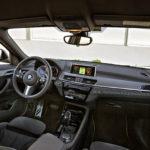 Näkymä ja tunnelma on tuttua BMW:tä, ja erot X1:een löytyvät joistain yksityiskohdista. Keskusnäyttö toimii 6,5-tuumaisessa perusmallissa vain iDrive-rullaohjaimella, mutta navigaattorilla varustetuissa paremmissa versioissa (8,8 tuumaa, kuten kuvassa) myös kosketuksella.
