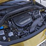 Poikittain asennettu moottori kertoo perusrakenteen olevan sama kuin esimerkiksi Minissä.
