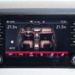 Valitettava suuntaus on lämmityslaitteen säätimien sijoitus kosketusnäyttöön. Škodassa ohjauspyörän lämmittimelle ei ole fyysistä painiketta lainkaan. Lämmityksen voi kytkeä kosketusnäytöstä tai sen voi ohjelmoida toimimaan yhdessä istuinlämmittimen kanssa samasta painikkeesta.