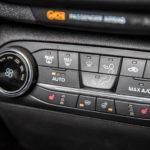 Fordin ilmastoinnin säätimet ovat selkeät. Painikkeet lisävarusteena saataville tuulilasin- ja ohjauspyöränlämmittimille ovat alarivissä.