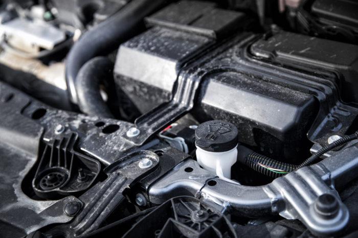 Opel Insignian pesunestesäiliön täyttöaukko sijaitsee hyvässä paikassa, mutta korkki on musta, kuten sen ympäristökin.