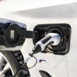 Joukon ainoa lataushybridi on BMW, jossa bensiinimoottorin parina on sähkömoottori. Akuston kapasiteetti on 9,2 kWh, ja latauspistoke sijaitsee etulokasuojassa.