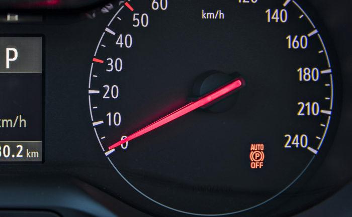 Opel Grandland X:n ranskalaiset sukujuuret näkyvät monessa yksityiskohdassa. Yksi näistä on oranssi merkkivalo, joka palaa jatkuvasti, jos sähköisen seisontajarrun automaattinen kytkeytyminen on poistettu käytöstä.