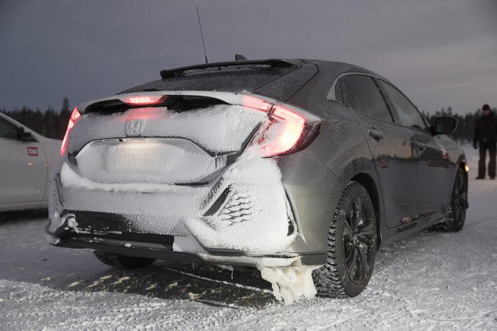 Talvisilla teillä pöllyävä lumi muuraa auton perän helposti umpeen. Tässä on esimerkkinä Hondan perä.