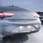 Tavaratilan luukku aukeaa Insigniassa Opelin logoa painamalla. Nostokahvan puuttuessa luukku on nostettava ylös alareunastaan.