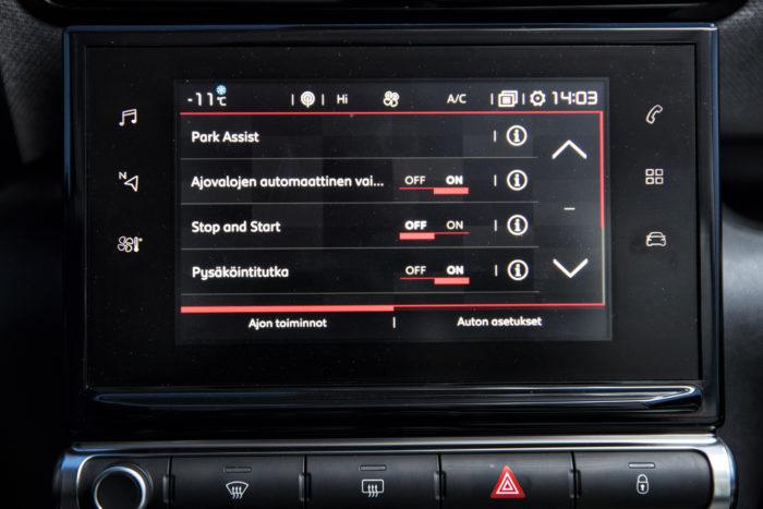 Citroënissa kosketusnäyttöön on keskitetty suuri osa auton toiminnoista. Valikkojen uumenissa on esimerkiksi kaukovaloautomatiikka. Erillinen katkaisin olisi kätevämpi.