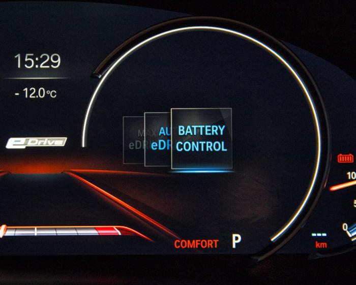 Battery Control -tilassa BMW:n akun varaustaso ylläpidetään ennalta määritetyssä arvossa. Ajo- ja latausenergia tuotetaan polttomoottorilla, jolloin polttoaineenkulutus kasvaa.