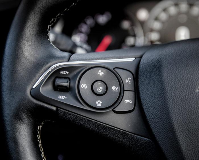 Opeleissa ohjauspyörän lämmitykselle on erillinen katkaisin peukalon ulottuvilla.