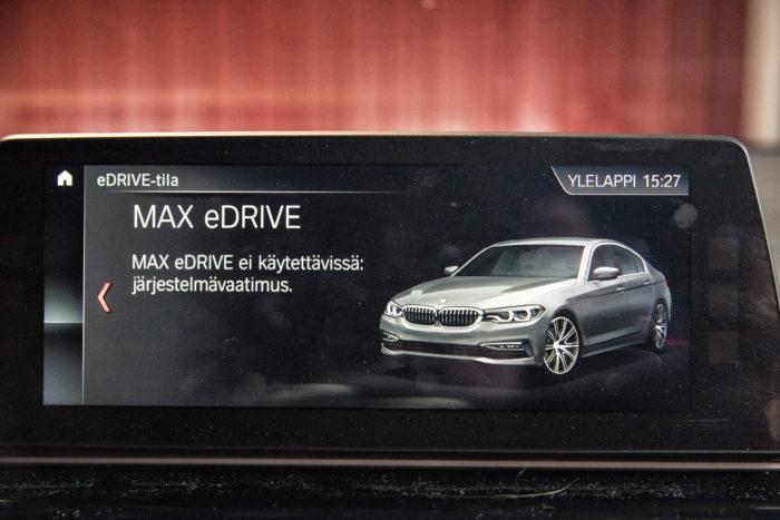 BMW:llä on mahdollista ajaa pelkän sähkön voimin, mutta jo maltillisilla pakkasilla sähkötilan käyttö estyy ja bensiinimoottori käynnistyy.
