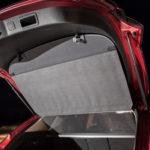 Kuvan Mazdassa tavaratilan suojaverho nousee Škodan tavoin luukun mukana ylös lastausta helpottamaan. Tavaratilan valo on sijoitettu oudosti luukkuun. Seatin takamatkustamossa ei ole valaistusta lainkaan.