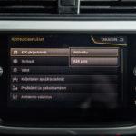 Kuvan Seatista vetoluistonrajoituksen poiskytkeminen vaatii seikkailua valikoissa. Samoin joutuu toimimaan Nissanissa ja Volkswagenissa. Muissa on erillinen nappi. Renaultista luistonrajoitus tai ajonvakautus ei ole poiskytkettävissä.