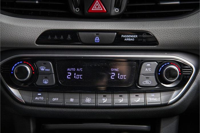 Hyundaissa on selkeät säätimet ilmastoinnille.