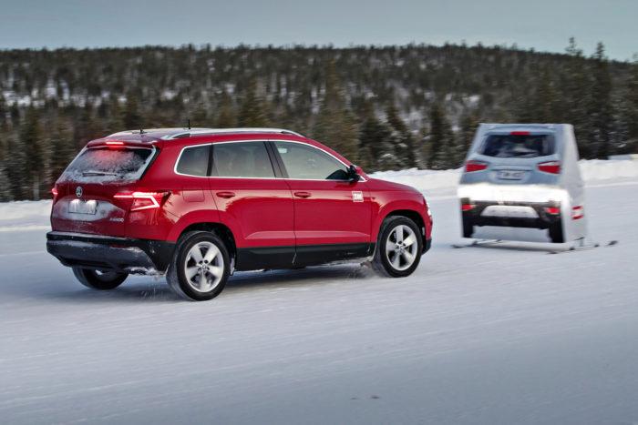 Volkswagen-konsernin autojen aeb-järjestelmät eivät edelleenkään aina toimi tiealueen ulkopuolella, kuten talvivertailussa käyttämillämme testiradoilla.