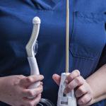 Vasemmalla peräsuolen jäähdytyselementti, oikealla ultraääniapplikaattori. Joustava muovikärki helpottaa paikalleen asettamista. Alaosan hammasratas kuuluu pyöritysmekanismiin.