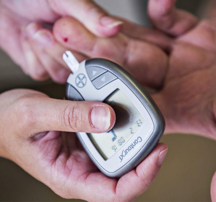 Ennen hoidon aloitusta ja sen aikana potilaan elintoimintoja seurataan, esimerkiksi mitataan verensokeri.