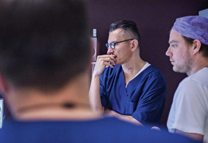 Ylilääkäri Roberto Blanco Sequeiros ja urologi Mikael Anttinen tarkkailevat lämpöjakaumaa.