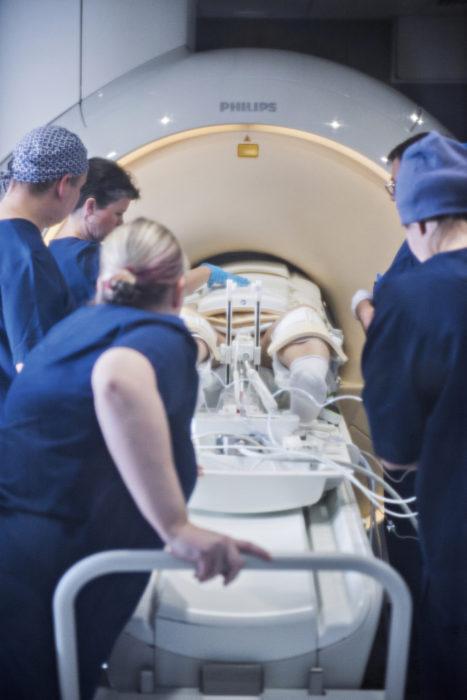 Potilas asetetaan magneettikuvauslaitteeseen mahdollisimman keskelle hyvän kuvanlaadun varmistamiseksi.