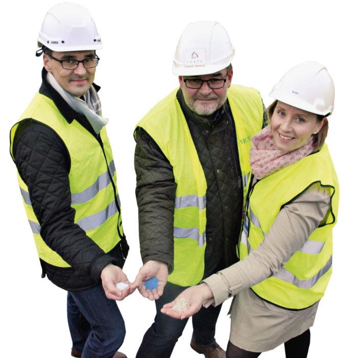 Nokian ECO3-yritysalueelle suunnitellaan muovin kierrätyslaitosta.  Mikko Nieminen (Nokian kaupunki, vasemmalla), Sakari Ermala (Verte Oy) ja Satu Pasanen (VTT) pitävät käsissään kierrätettyä ja uudelleenkäytettävää kierrätysmuovia.