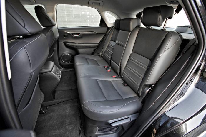 Korkeassa autossa istutaan myös takana korkealla, joten takaistuimelta on hyvät näkymät ulos. Tilaa on kohtuullisen mukavasti joka suuntaan.