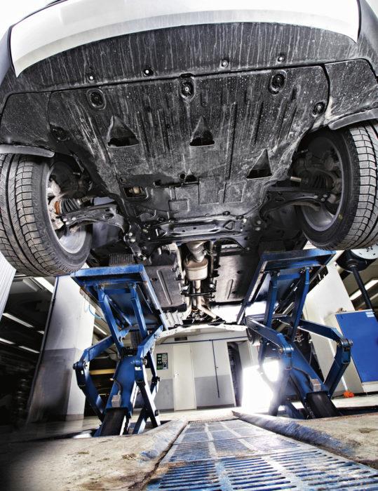 Volvon pohja on vuorattu esimerkillisen tiiviiksi. Mitään varsinaista pohjapanssaria siellä ei ole, mutta ilmavirtauksille on siloitettu helpompi kulku auton alitse.