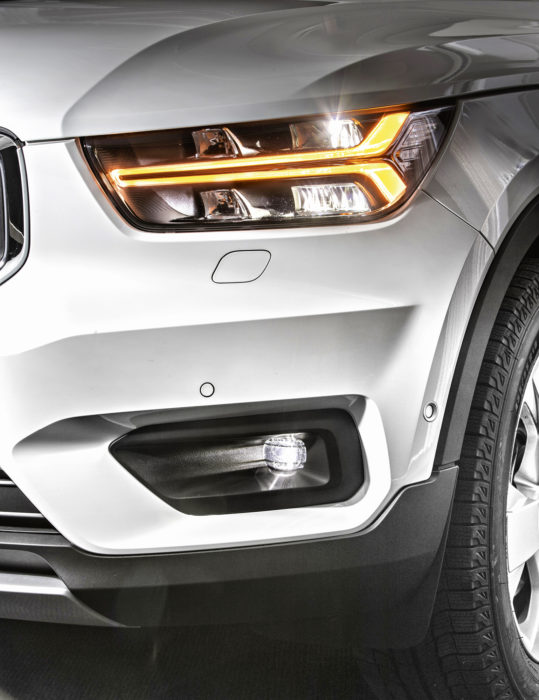 """Ajovalot jatkavat tuttua Volvo-tyyliä. Kolmitoimisen (vilkku/etu-/huomiovalo) """"ledivasaran"""" alla ja yllä on heijastimet ajovaloille. Pesin suihkii umpion alareunaan, jossa ovat lähivalon tärkeimmät moduulit. Kaukovalokantama tulee ylärivin keskimmäisestä heijastimesta ja muut levittävät keilaa. Sumuvalo toimii puolittain myös kulmavalona."""